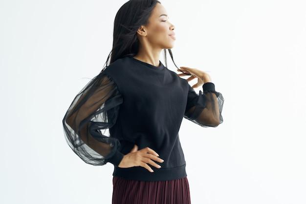 Hübsche frau helles make-up lange dunkle haarmode