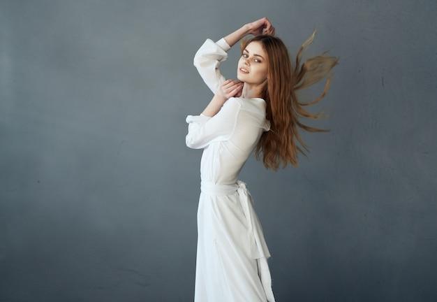 Hübsche frau im eleganten stil tanzmodell des weißen kleides. hochwertiges foto