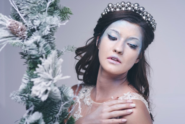 Hübsche frau im frostigen make-up bei studioaufnahme