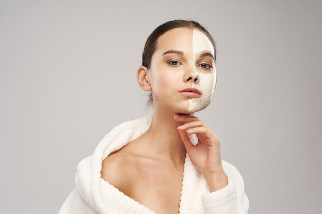 Hübsche frau im gewand saubere hautkosmetik spa-behandlungen