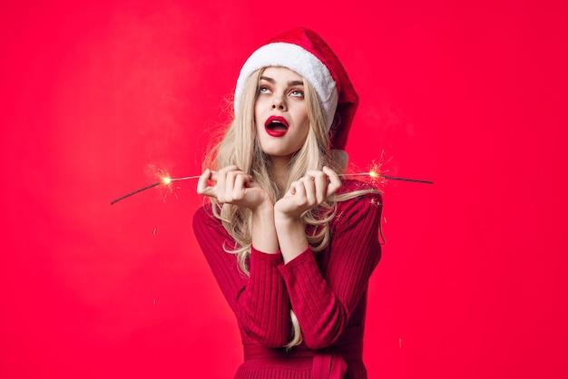 Hübsche frau im neuen jahr kleidet wunderkerzen weihnachtsfeiertag