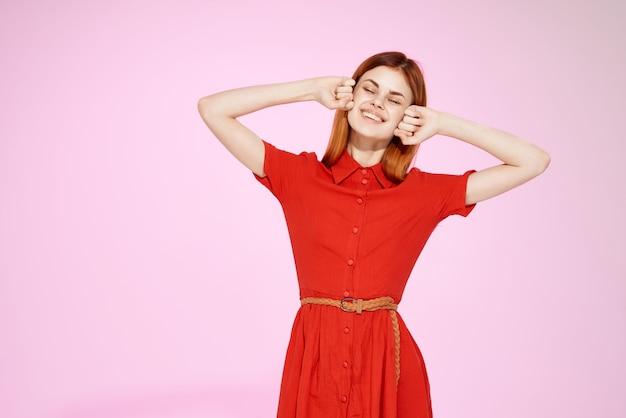 Hübsche frau im roten kleid handgesten luxus isolierten hintergrund