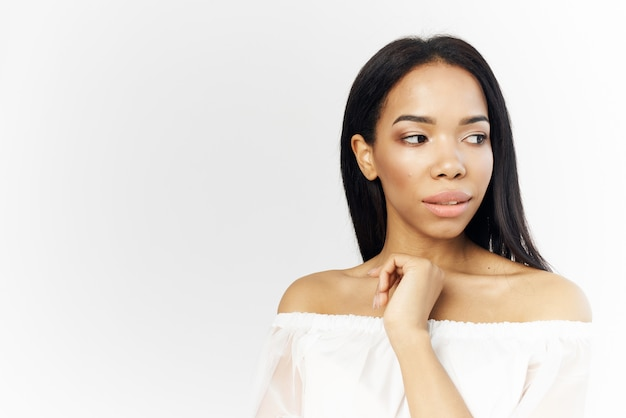 Hübsche frau im weißen kleid afrikanisches aussehen, das mode aufwirft