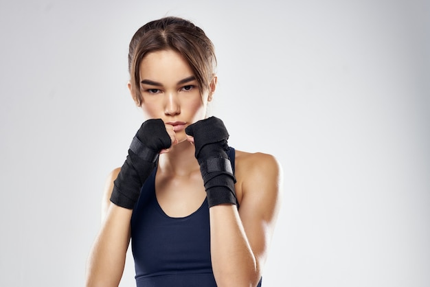 Hübsche frau in boxbandagen training fitness kämpfer isoliert hintergrund