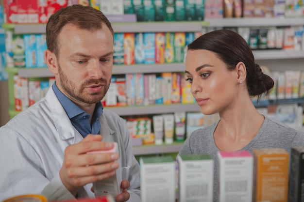 Hübsche frau in der apotheke einkaufen