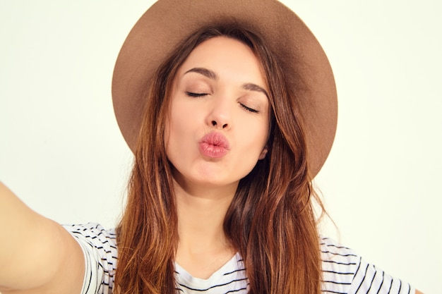 Hübsche frau in der sommerhippie-kleidung nehmen selfie von den händen mit telefon