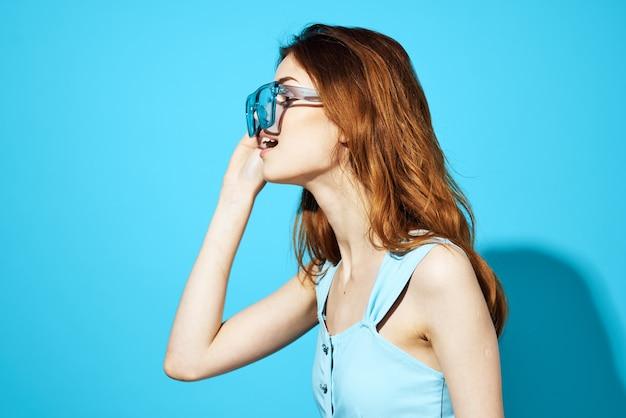 Hübsche frau in einem kleid und einer brille isolierter hintergrund attraktiver look