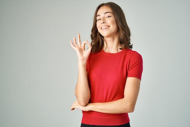 Hübsche frau in einem roten t-shirt haarpflegestudio lifestyle