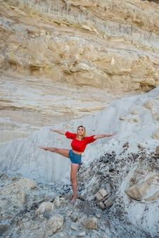 Hübsche frau in freizeitkleidung posiert in sandschlucht, entspannen sie sich in der natur im sommer