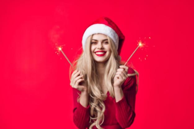 Hübsche frau in neujahrskleidung dekoration urlaub wunderkerzen