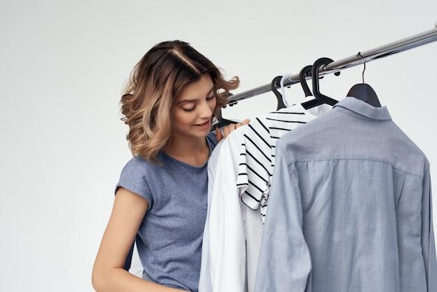 Hübsche frau kleiderbügel lifestyle shopping isoliert hintergrund