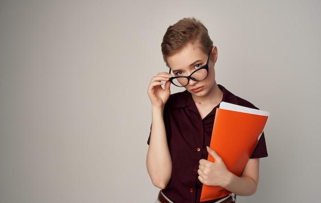 Hübsche frau kurzhaarige brille mode elegantes stil hemd.