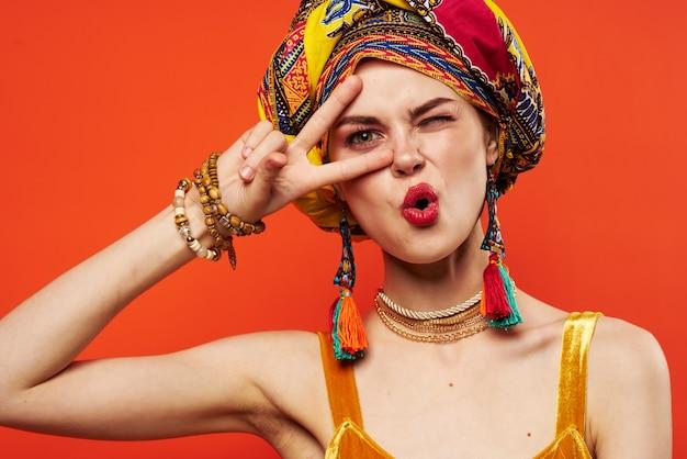 Hübsche frau mehrfarbiger schal ethnizität im afrikanischen stil dekorationen studiomodell