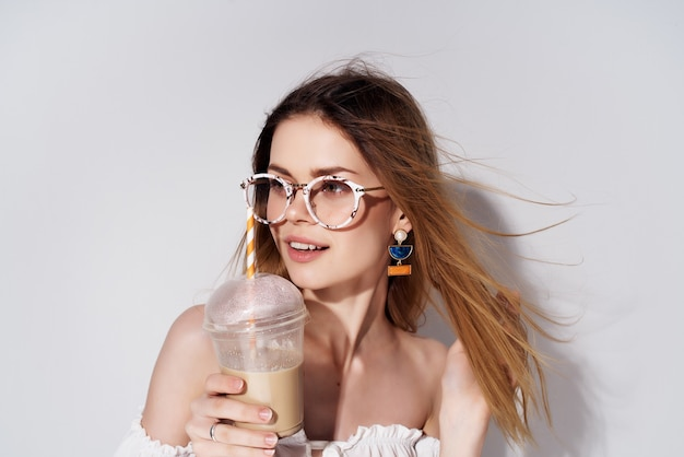 Hübsche frau mit brille cocktail trinken attraktiven look luxus. foto in hoher qualität