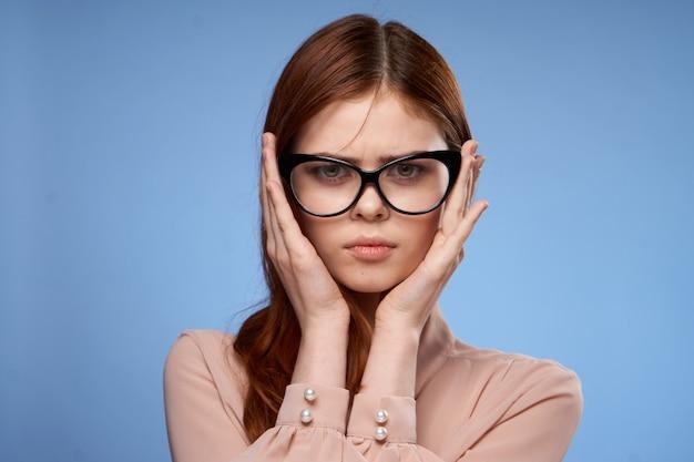 Hübsche frau mit brille hält hand fällt elegant stil isoliert