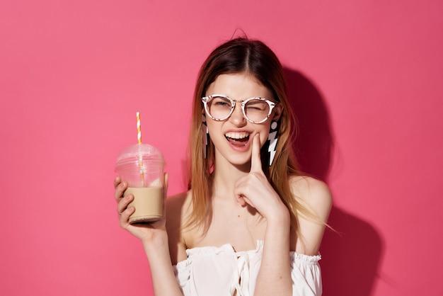 Hübsche frau mit brille ohrringe mode abgeschnittene ansicht
