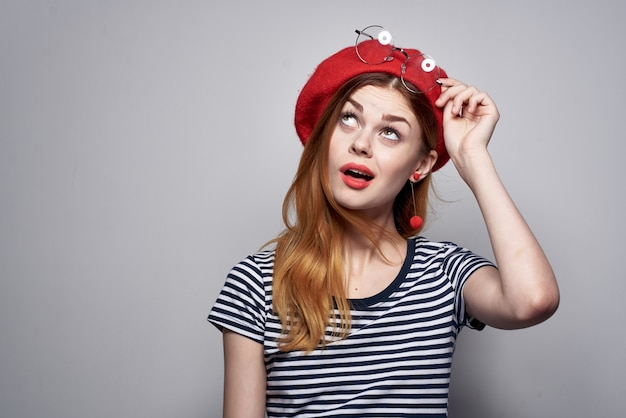 Hübsche frau mit brille posiert mode attraktiven look rote ohrringe schmuck frische luft