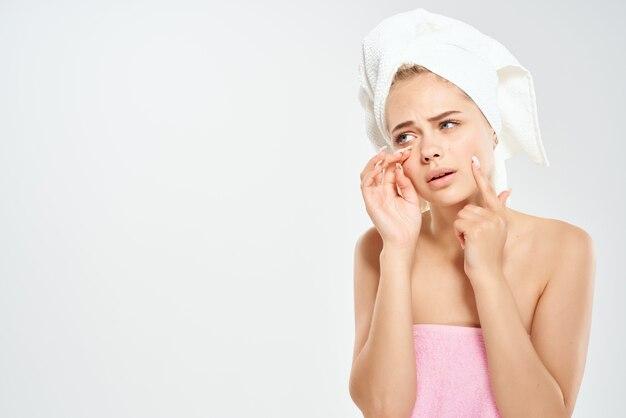 Hübsche frau mit einem handtuch auf dem kopf hautprobleme dermatologie