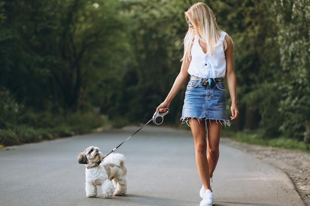 Hübsche frau mit ihrem hund im park