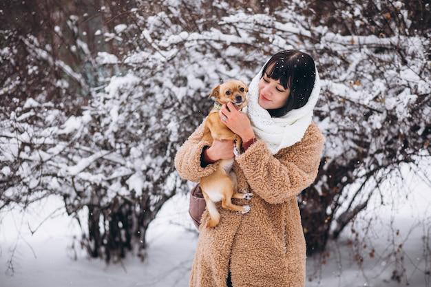 Hübsche frau mit ihrem kleinen süßen haustierhund