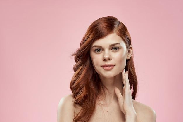 Hübsche frau mit langen schönen haaren, die frisurglamour nackten schultern rosa pflegen