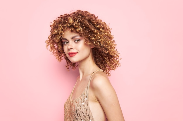 Hübsche frau mit lockigem haar und make-up