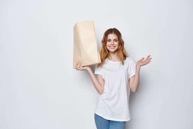 Hübsche frau mit paket lebensmitteleinkaufslieferlebensstil