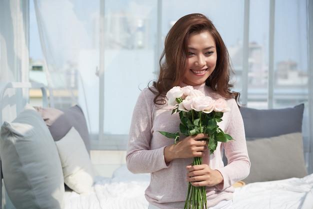 Hübsche frau mit rosen