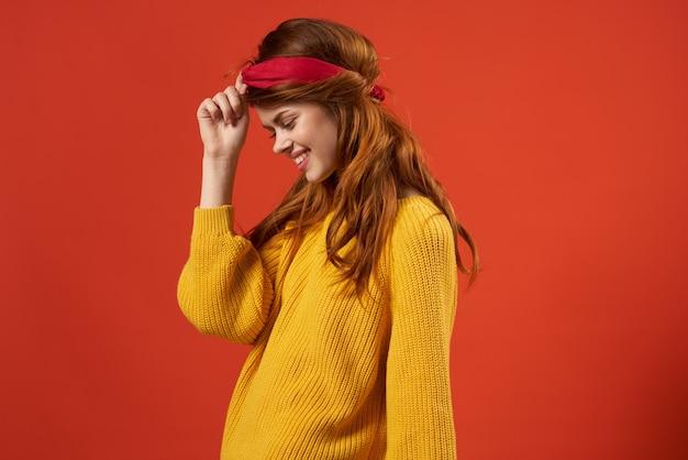Hübsche frau mit rotem stirnband gelber pullover mode hipster