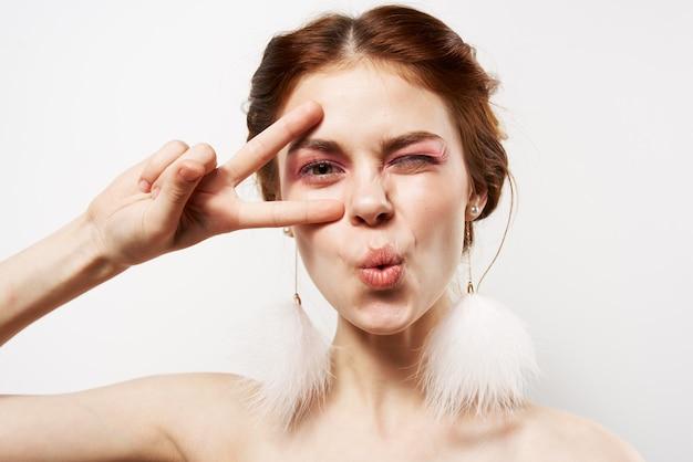 Hübsche frau mit überraschtem gesichtsausdruck nackte schultern kosmetikmode