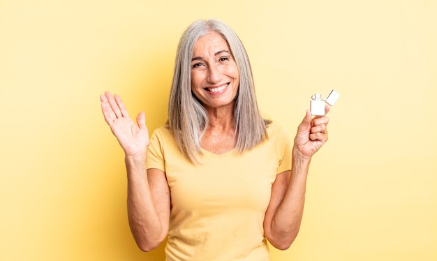 Hübsche frau mittleren alters, die sich glücklich fühlt, überrascht, eine lösung oder idee zu verwirklichen. leichteres konzept
