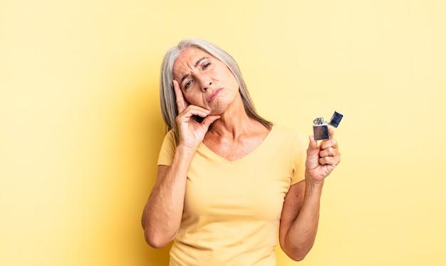 Hübsche frau mittleren alters, die sich nach einem ermüdenden gelangweilt, frustriert und schläfrig fühlt. leichteres konzept