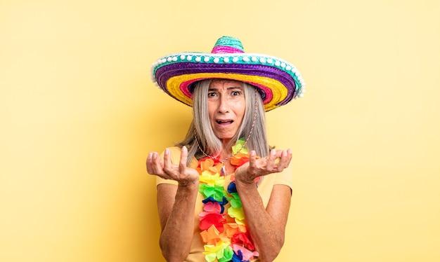 Hübsche frau mittleren alters, die verzweifelt, frustriert und gestresst aussieht. mexikanisches partykonzept