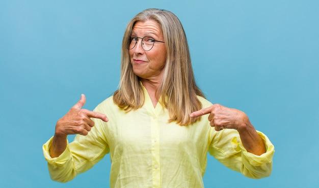Hübsche frau mittleren alters, die verzweifelt und frustriert, gestresst, unglücklich und verärgert aussieht, schreit und schreit
