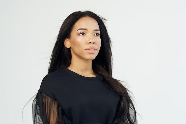 Hübsche frau mode frisur kosmetik gesicht nahaufnahme hellen hintergrund