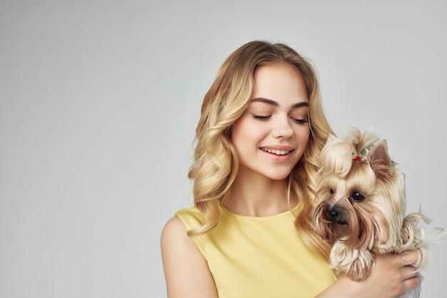 Hübsche frau modischer reinrassiger hund beschnittene ansichtsmode