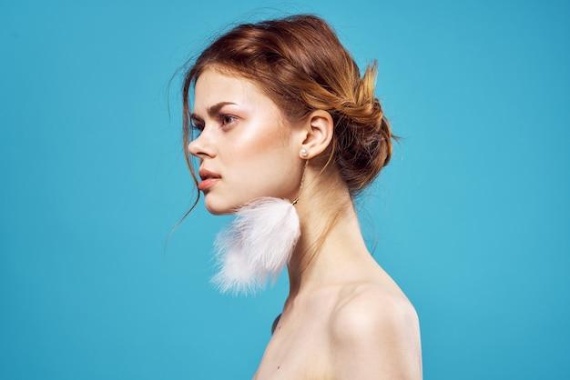 Hübsche frau nackte rente posiert moda studio blauen hintergrund