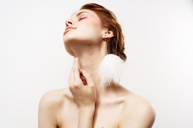 Hübsche frau nackte schultern hellen make-up nahaufnahme glamour