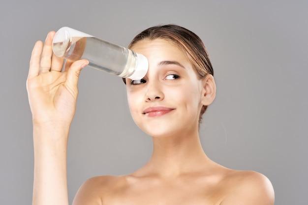 Hübsche frau nackte schultern kosmetik hautpflege
