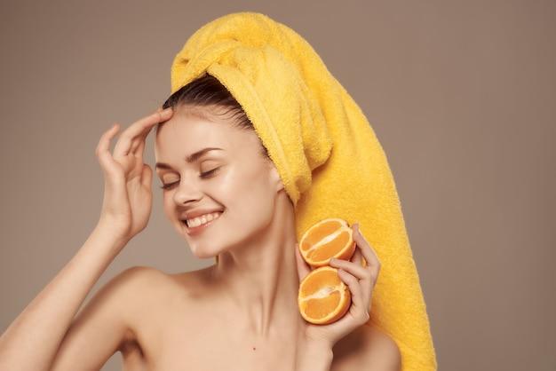 Hübsche frau nackte schultern mit fruchtvitaminen, die nahaufnahme aufwerfen