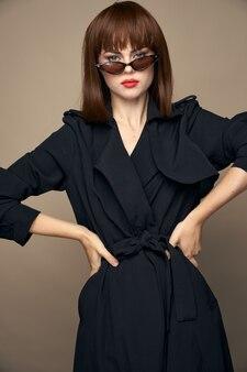 Hübsche frau selbstbewusster handblick auf die taille elegantes aussehen