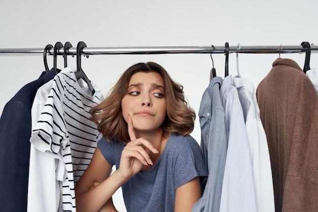 Hübsche frau shopaholic, die kleidung im shop-studio-lifestyle kauft?