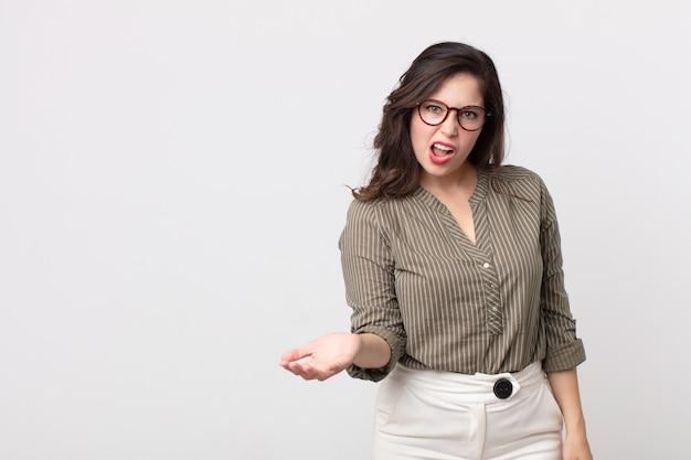 Hübsche frau sieht wütend, genervt und frustriert aus und schreit wtf oder was ist mit dir los?
