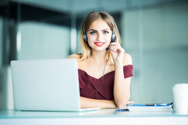 Hübsche frau support center operator mit headset im büro