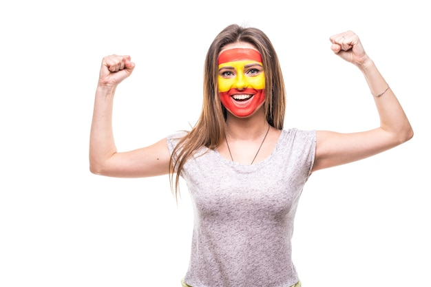 Hübsche frau unterstützer fan der spanischen nationalmannschaft gemalt flagge gesicht bekommen glücklichen sieg schreien in eine kamera. fans emotionen.