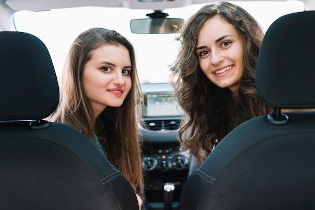 Hübsche frauen, die im auto sitzen
