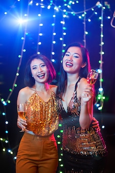 Hübsche frauen im nachtclub
