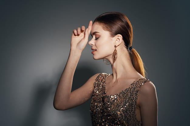 Hübsche frauendekoration helle make-up-studionahaufnahme