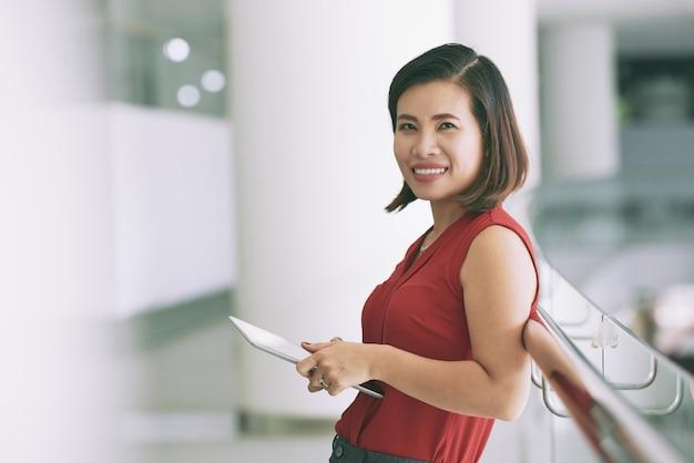 Hübsche geschäftsdame mit digitaler tablette
