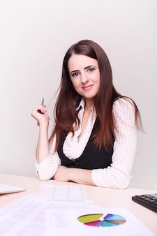 Hübsche geschäftsfrau, die im büro arbeitet